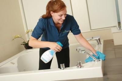 Từng bước làm sạch nhà vệ sinh